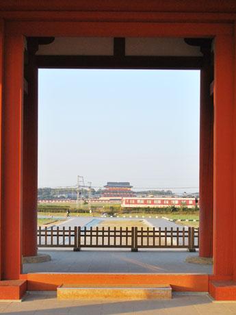 平城宮跡内を通っている近鉄奈良線と、朱雀門=写真手前、第一次大極殿=写真奥