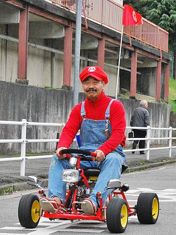 オーバーオールに赤いシャツ-奈良で「マリオカートのおじさん」話題に