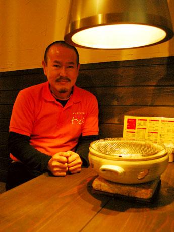 近鉄富雄駅前にオープンした焼肉店「わらく」の店主・木村和人さん
