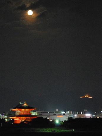 古都奈良の夜空を焦がす「大文字送り火」-世界平和願い点火