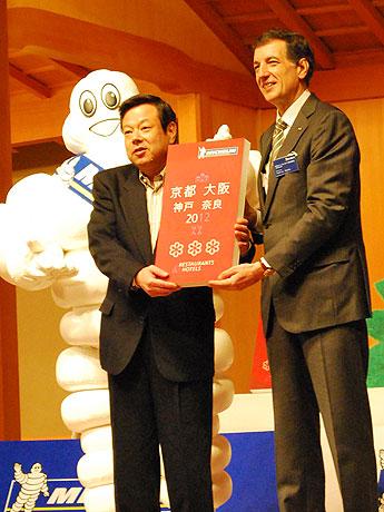 「ミシュランガイド京都・大阪・神戸・奈良 2012」の出版発表会で「3つ星」を獲得した「和 やまむら」の山村信晴さん(左)とベルナール・デルマス社長(右)