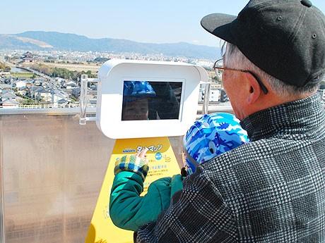 「ならファミリー」屋上に設置された「タイムマシン」。タブレット端末を使う