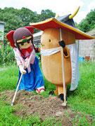 ノキャラ「まんとくん」と蓮花ちゃんが仲良く農作業-野菜の日に合わせて