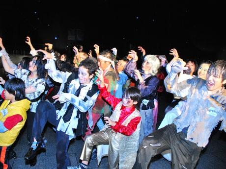 ゾンビメークでダンスする参加者「世界同時スリラー」で