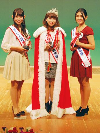 第32代女王卑弥呼に選ばれた住岡奈恵さん(中央)、準女王の山崎愛さん(左)、櫻井千浩さん(右)