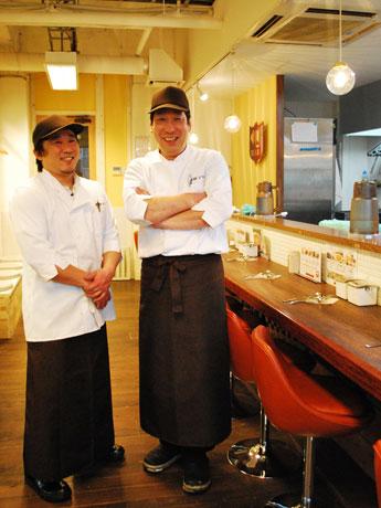 「銀座デリー」の宮澤俊一店長(右)とスタッフ