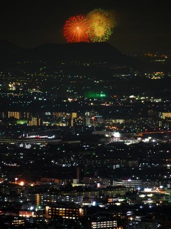 約31キロメートル離れた場所でも見る人を楽しませた「教祖祭PL花火芸術」(2014年8月1日20時27分撮影)