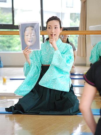 「能とヨガ」組み合わせた新しい体操 奈良の現役タレントが開講