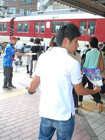 街頭でPR活動を行う奈良クラブスタッフとサポーター