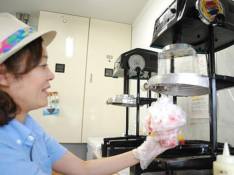 純氷でかき氷を作る「日乃出製氷」4代目中孝仁さんの妻・裕子さん