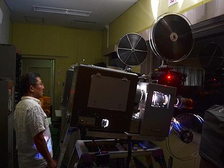 上映に問題がないか見守る映写技師の石井義人さん