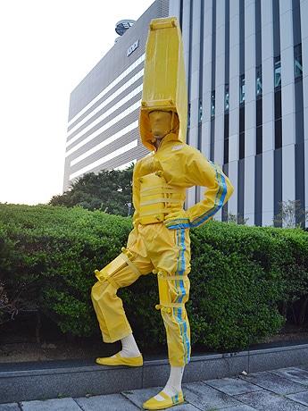 全身を黄色くした「ドクターリニー君」(大阪市内で撮影)