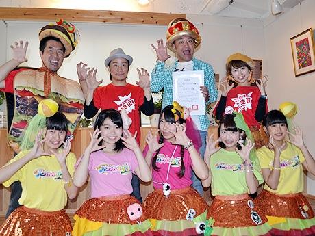 西日本ハンバーガー協会会長・松井香奈さん(後列右から)、名誉理事に就任したたむらけんじさん、理事・寺川裕之さん、広報室長・藪伸太郎さん、西日本ハンバーガールZメンバー(前列)