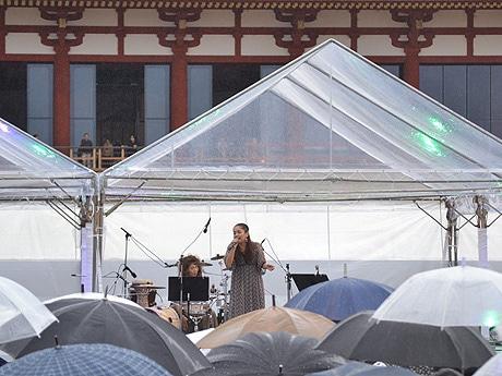 雨の中、力強い歌声で観衆を魅了する元ちとせさん