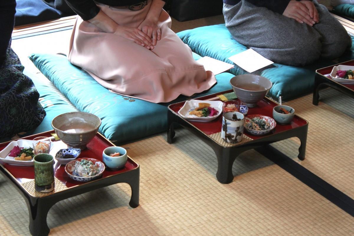 お膳には茶がゆに合う品が小鉢で添えられた