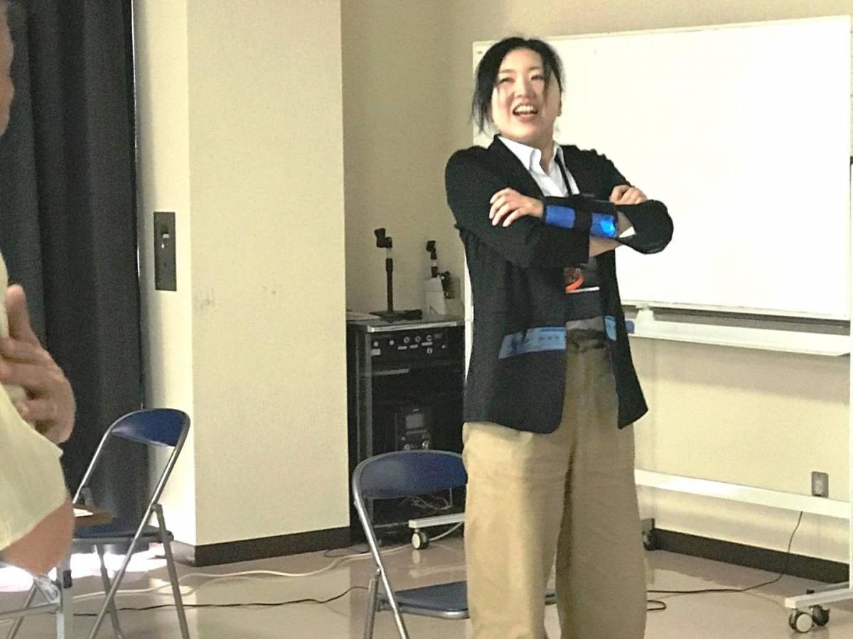 いきいき百歳体操体験 講師の奈良市富雄東包括支援センター越野紅美さん