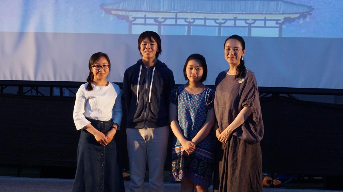 河瀬直美さん(右)とユース映画制作ワークショップ参加者