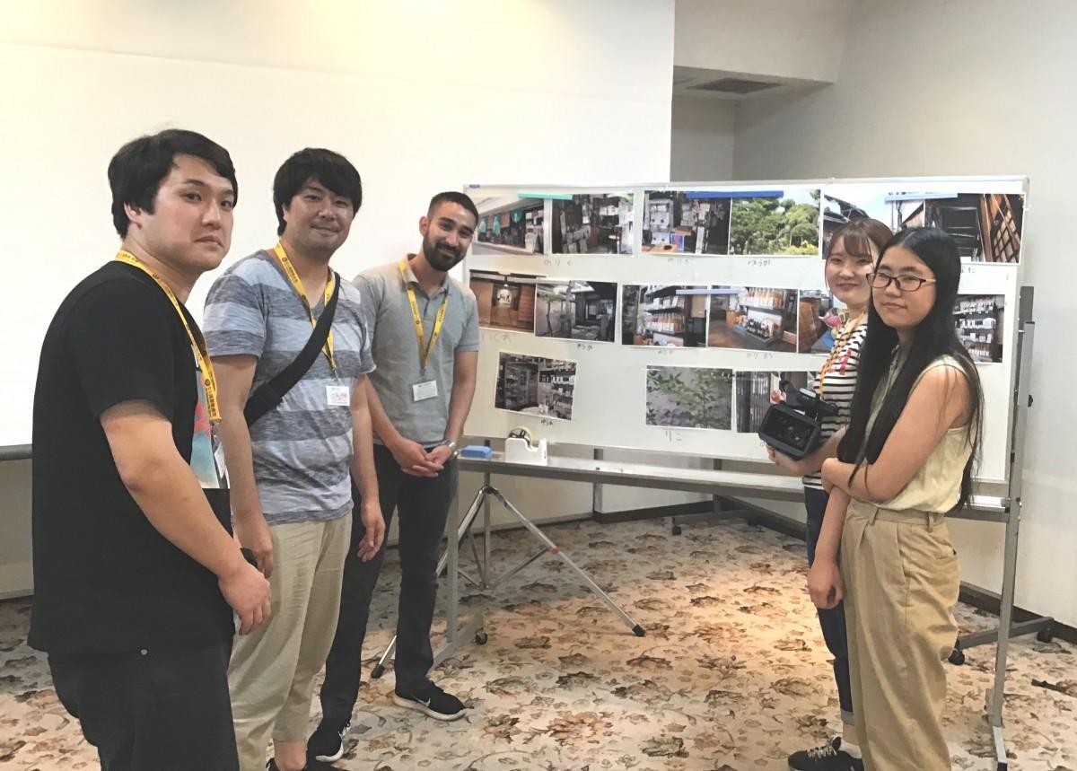 街歩きで撮った写真の前で 講師、スタッフ、参加メンバー