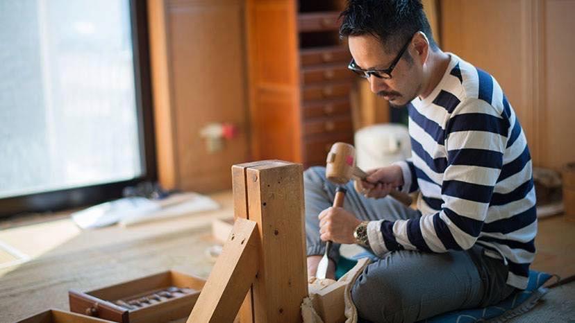 奈良一刀彫ブランド「NARADOLL  HIGASHIDA」代表の東田茂一(もいち)さん。祖父の代から一刀彫の技術を受け継ぐ3代目。「大胆さと繊細さが同居するのが奈良一刀彫の面白いところ」と話す。