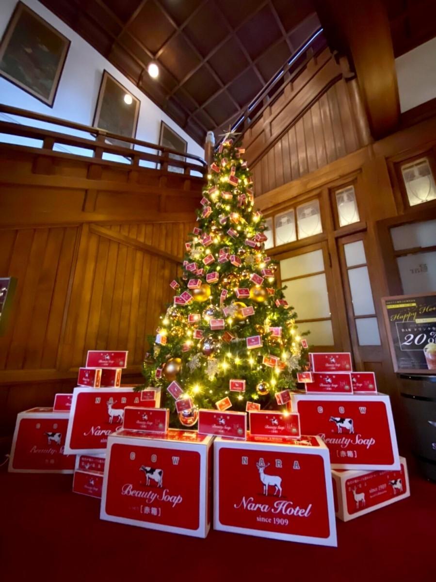 110個の「コラボ赤箱」が彩るクリスマスツリー