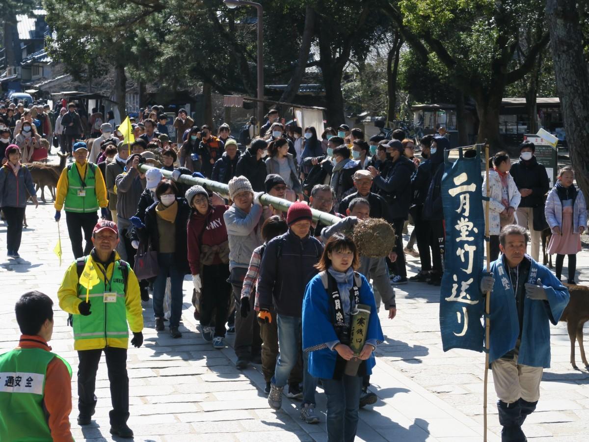 根付きの竹を数人で肩に担いで二月堂まで運ぶ