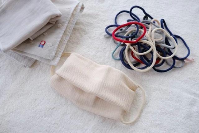 「靴下の輪っか」とハンドタオルをたたんで作った簡単簡易マスク