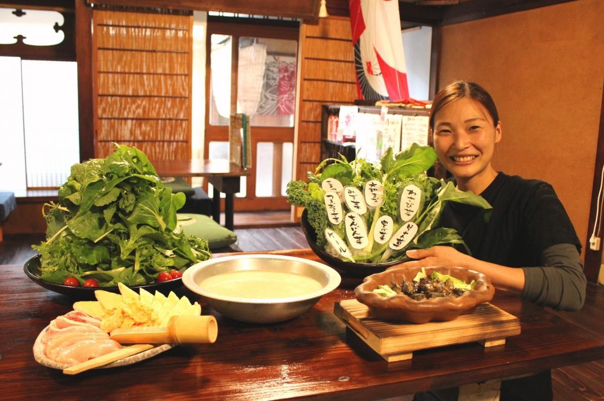2大看板メニューの「大和野菜の草鍋セット」(2人前)、「さつま知覧どりの黒焼き」を紹介するスタッフの福岡ともみさん