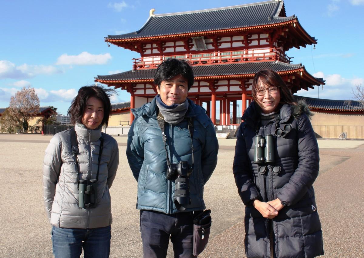 平城宮の正門「朱雀門」前で。左から、西田好恵さん、三輪芳己さん、岩井明子さん