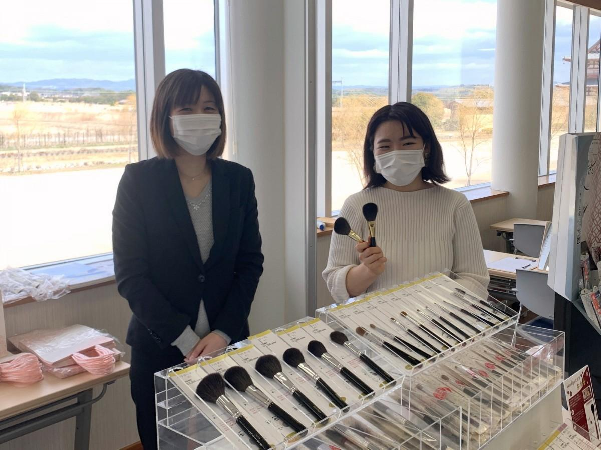 (右)メーク講師の伊藤理恵さん、(左)「あかしや」社員の円城寺真由美さん