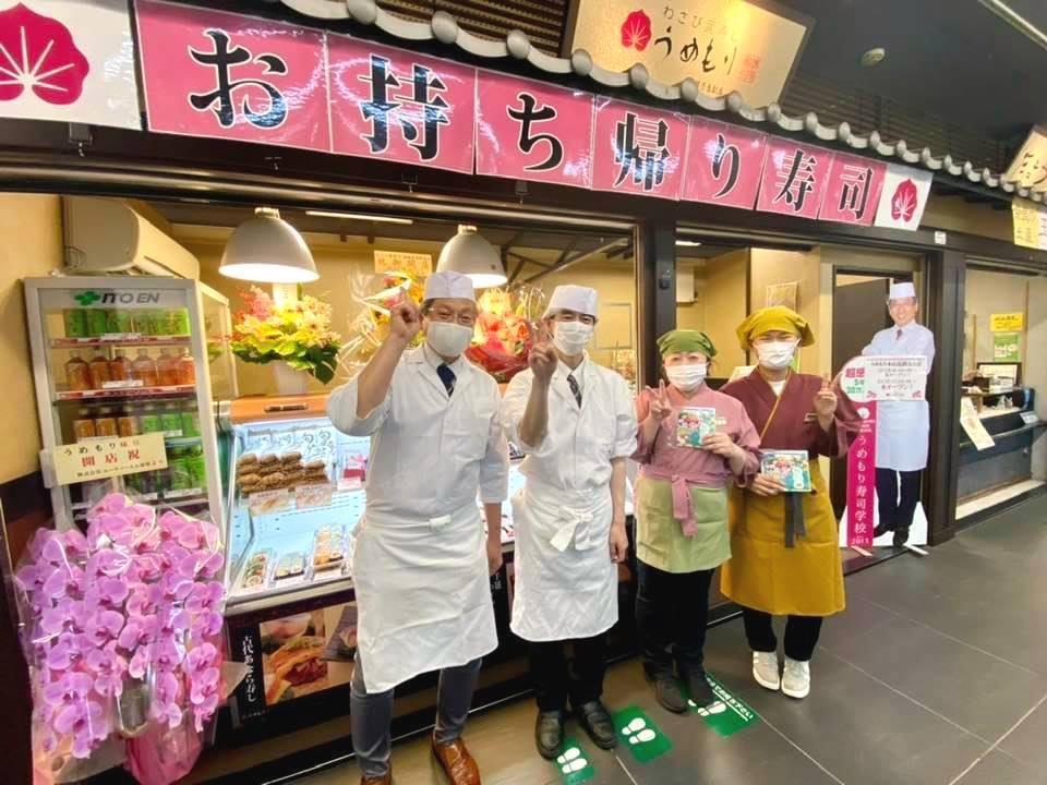 左)店舗前で、梅守社長と販売スタッフ