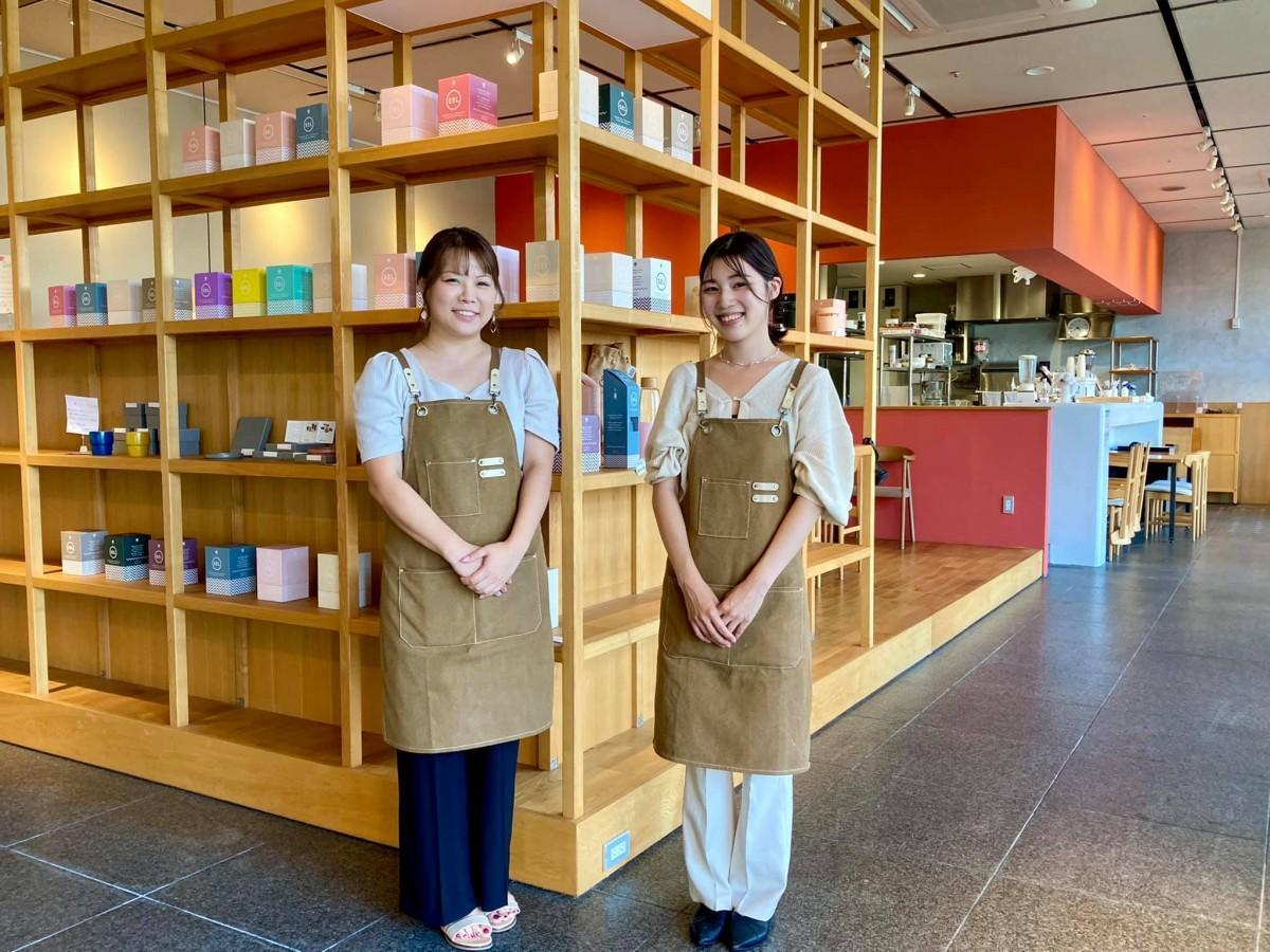 (右から)鈴木実莉さんと、スタッフの畑綾香さん