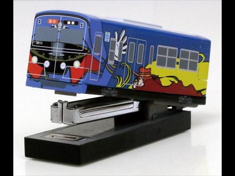 飯能方先頭車の車掌さんがデザインされた「銀河鉄道999デザイン電車 オリジナルホッチキス」© Leiji Matsumoto,SEIBU Railway Co.,LTD