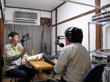新たに開いた練馬放送「桜台スタジオ」(写真=和室のスタジオで番組を収録する様子)
