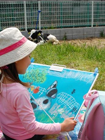 子牛の絵を描く子ども