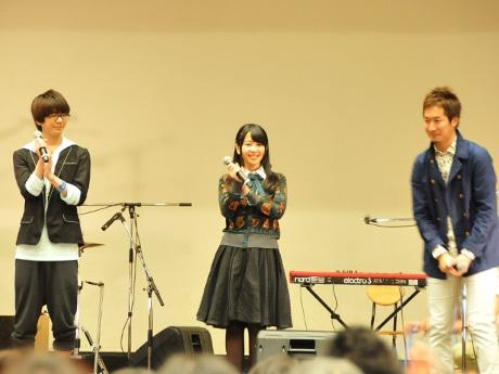 左から花江夏樹さん、種田梨沙さん、斎藤俊輔プロデューサー