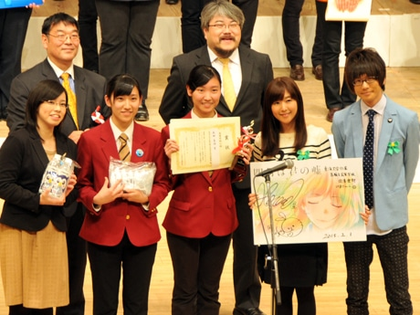 「四月は君の嘘」賞を贈った声優・花江夏樹さん、茅野愛衣さん