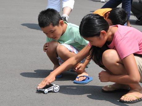完成したソーラーカーで遊ぶ子ども