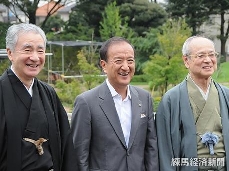 (右から)野村万作さん、前川燿男区長、梅若万三郎さん