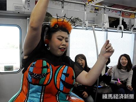 ダンスを披露する渡辺直美さん