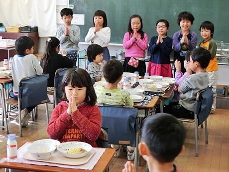 「練馬大根スパゲティ」を味わう児童