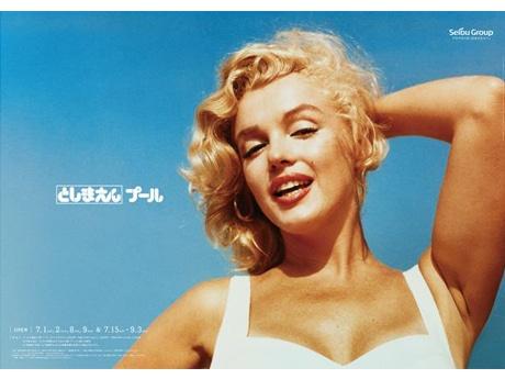 マリリン・モンローを起用する夏のプールイメージポスター Marilyn Monroe ™ Rights of Publicity and Persona Rights: The Estate of Marilyn Monroe LLC. marilynmonroe.com Licensed by copyrights Asia