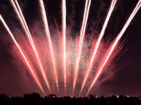練馬区で独立70周年イベント 雨止み、上空に花火輝く