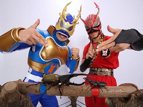 昆虫ヒーロー「ミヤマ☆仮面」(左)、「クワガタ忍者」