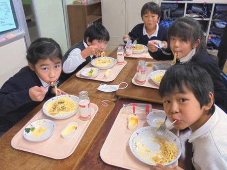 練馬大根スパゲティを食べる小学3年生児童