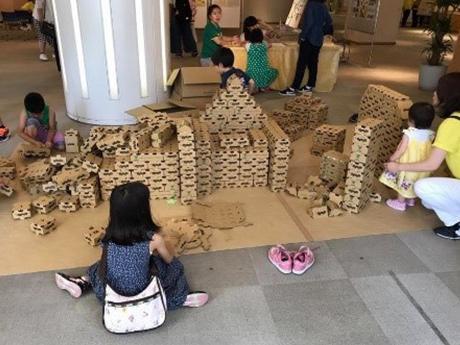 段ボール製のブロックを使った積み木