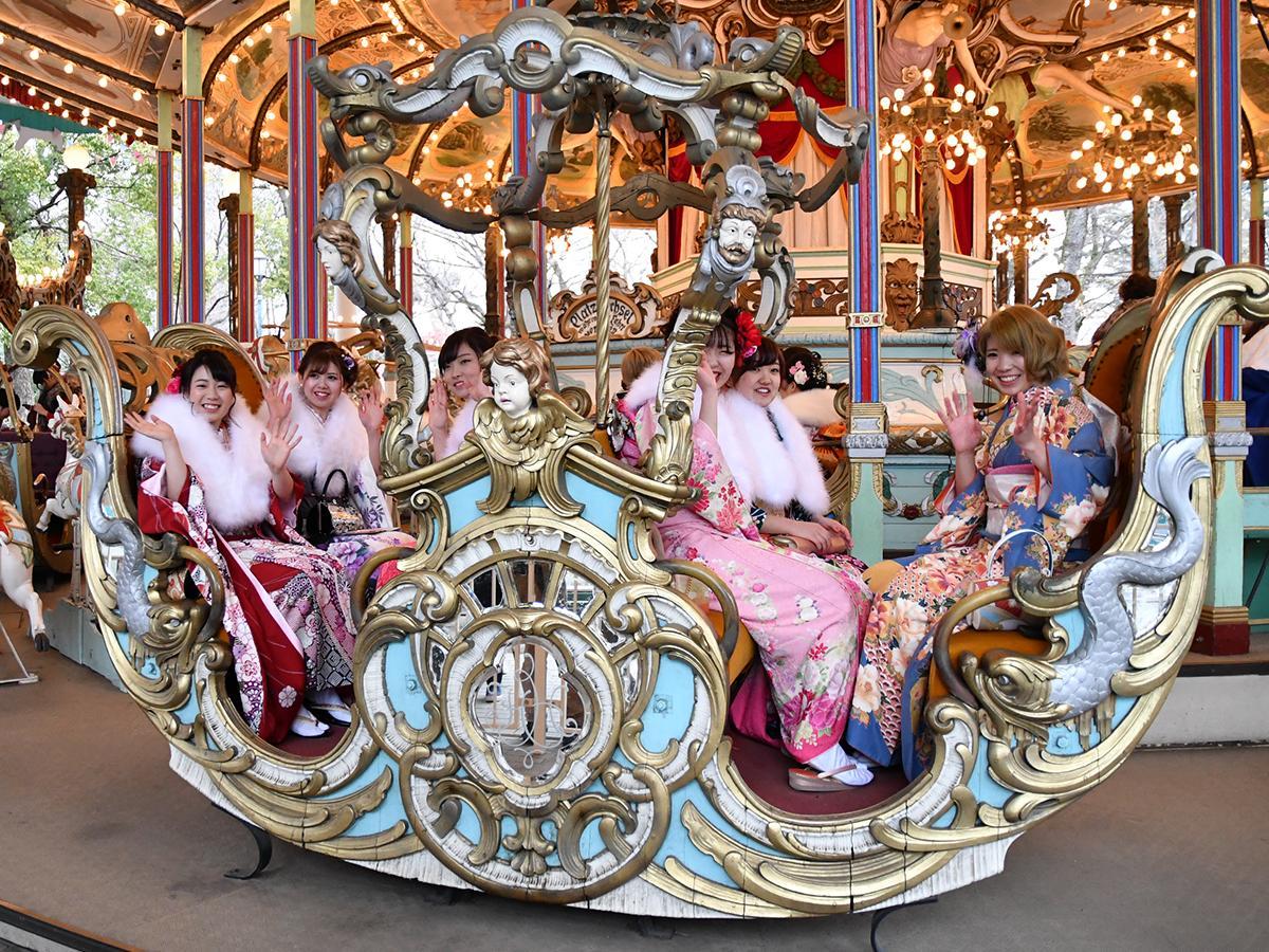 回転木馬「カルーセルエルドラド」を楽しむ振袖姿の新成人