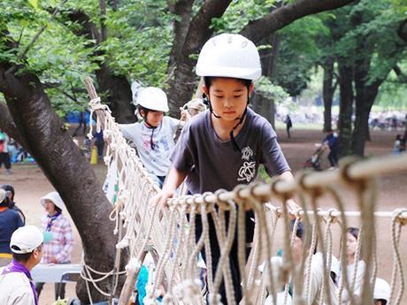 丸太の上を歩くモンキーブリッジで遊ぶ子どもたち(過去の様子)