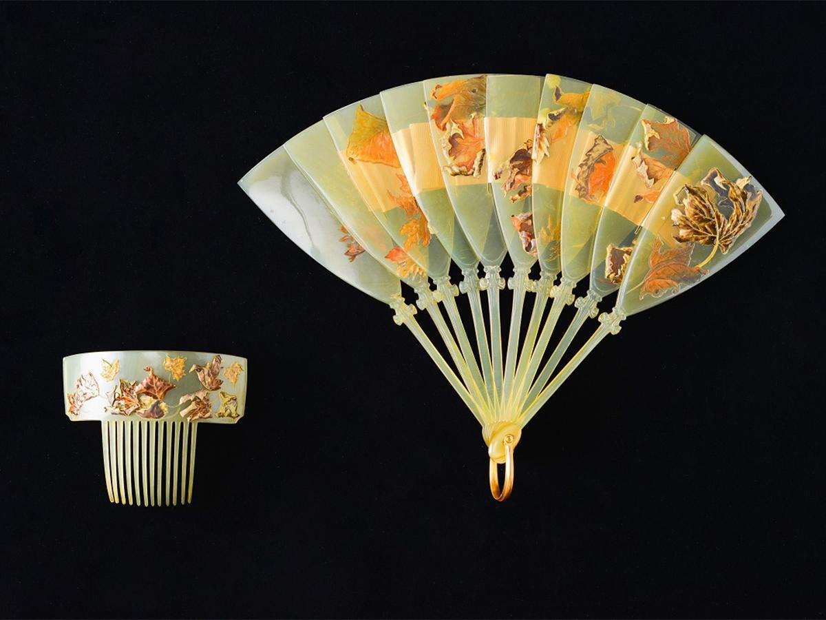 扇と櫛「落ち葉」1899-1900年頃 獣角、金、エナメル、絹製リボン