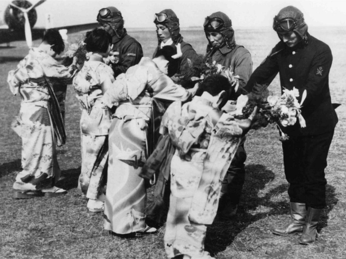 成増陸軍飛行場で花束贈呈の様子