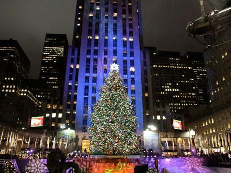 ニューヨーク最大のクリスマスツリー点灯式-見物客らが歓声